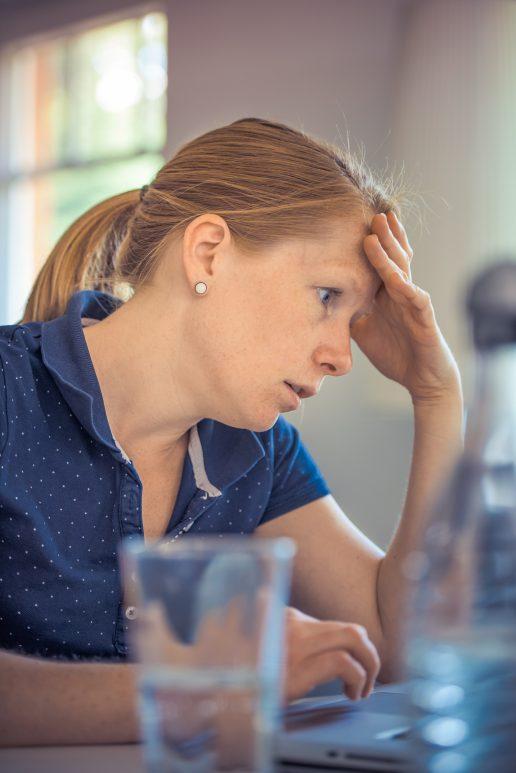 frygt angst bekymrer kvinde (Foto: Pexels)