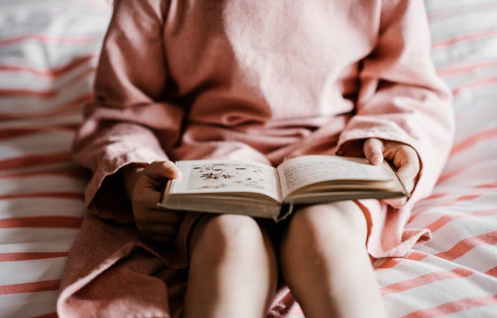 bog pige læser (Foto: Unsplash)