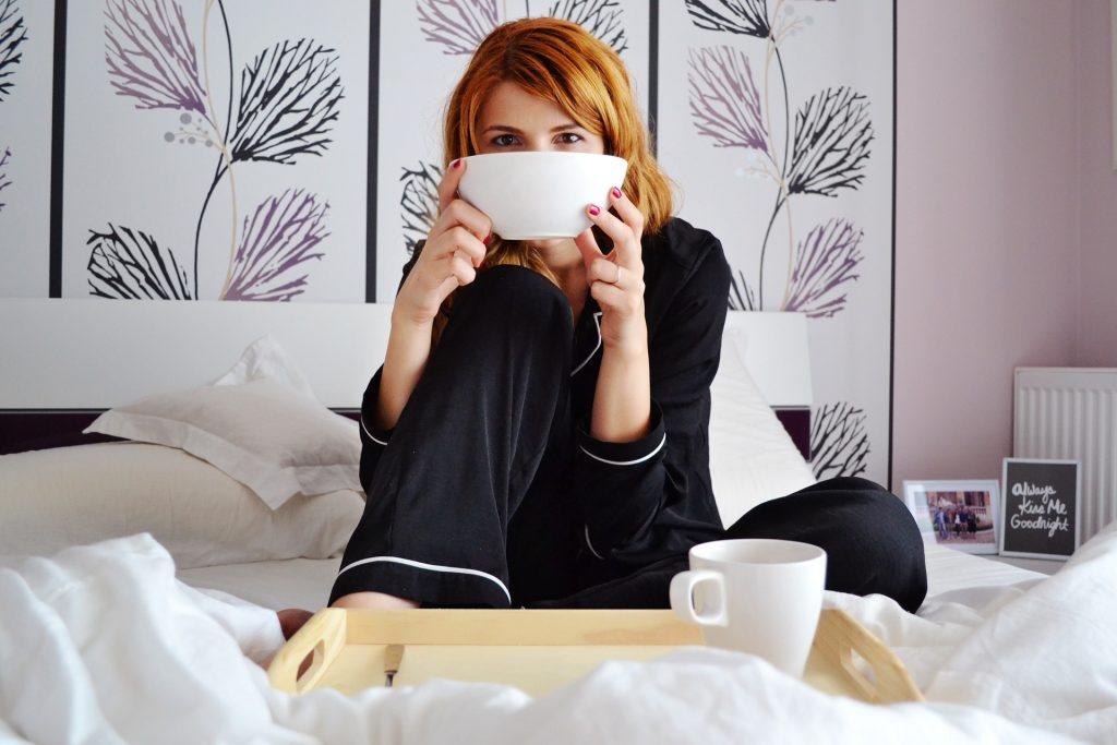 pige drikke kaffe hygge seng (Foto: Pixabay)