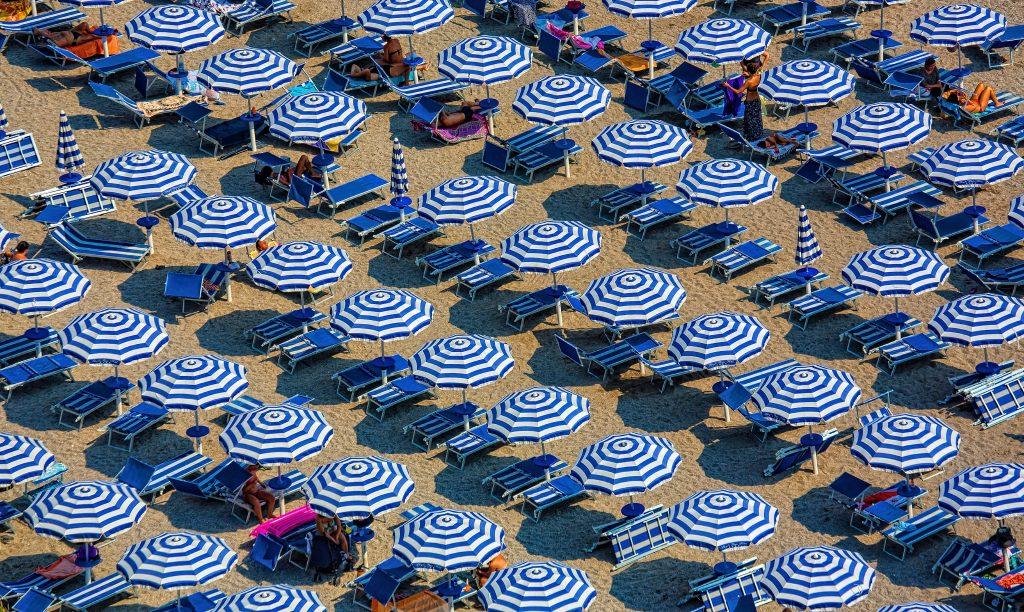 strand sommer parasol ferie (Foto: Unsplash)