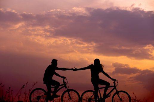 par forelsket kæreste solnedgang cykel (Foto: Unsplash)