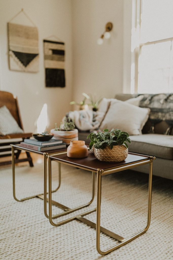 sofabord hjem lejlighed sofa (Foto: Unsplash)