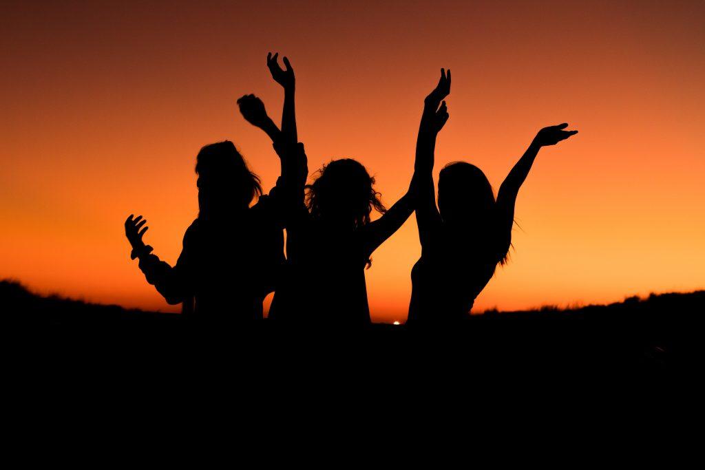 piger solnedgang fest party (Foto: Unsplash)