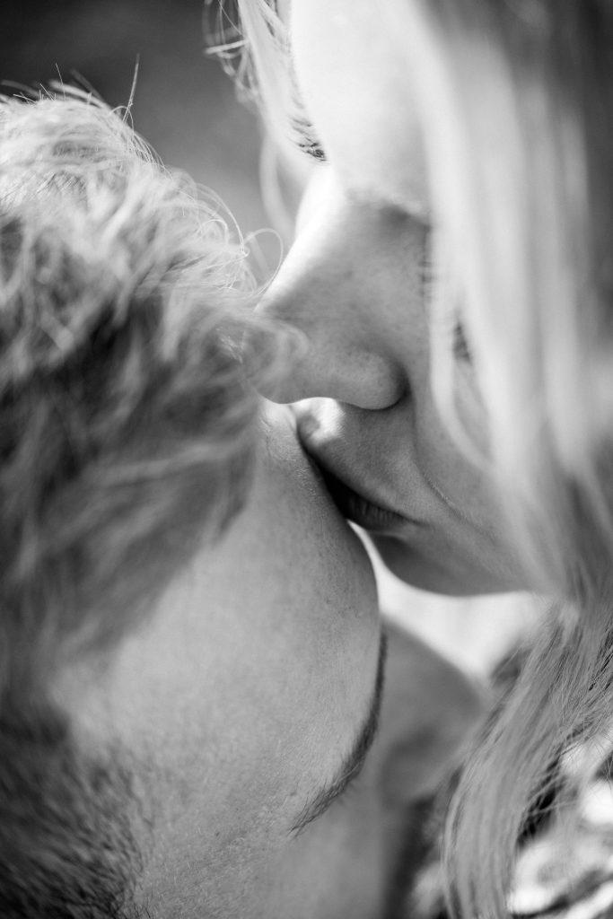 kys par kæreste (Foto: Unsplash)
