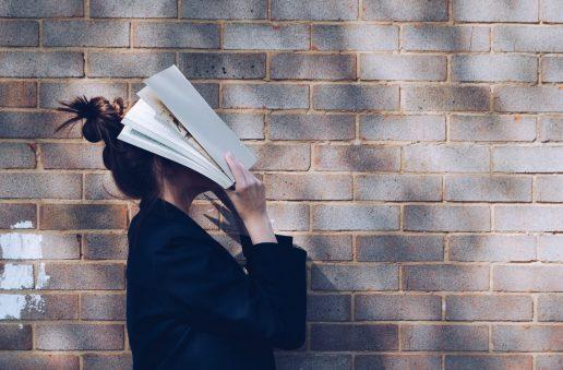 pige bog mur studere (Foto: Unsplash)