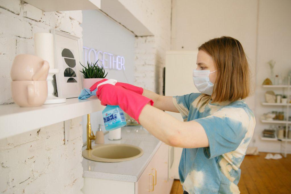 kvinde rengøring rydde op (Foto: Pexels)