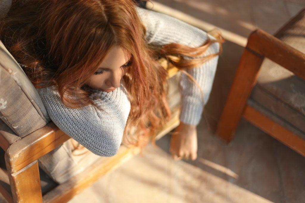 sofa slidt pige ligger tænker (Foto: Unsplash)