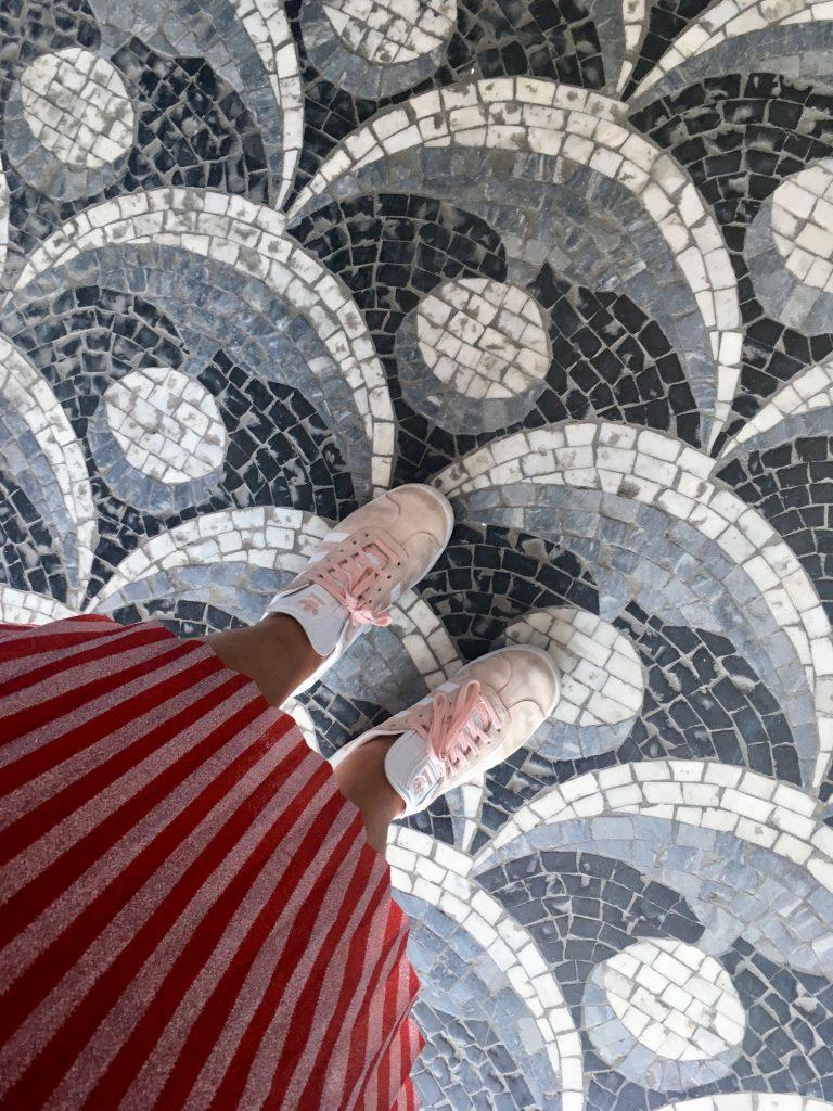 gulv fliser sneakers kig op (Foto: MY DAILY SPACE)