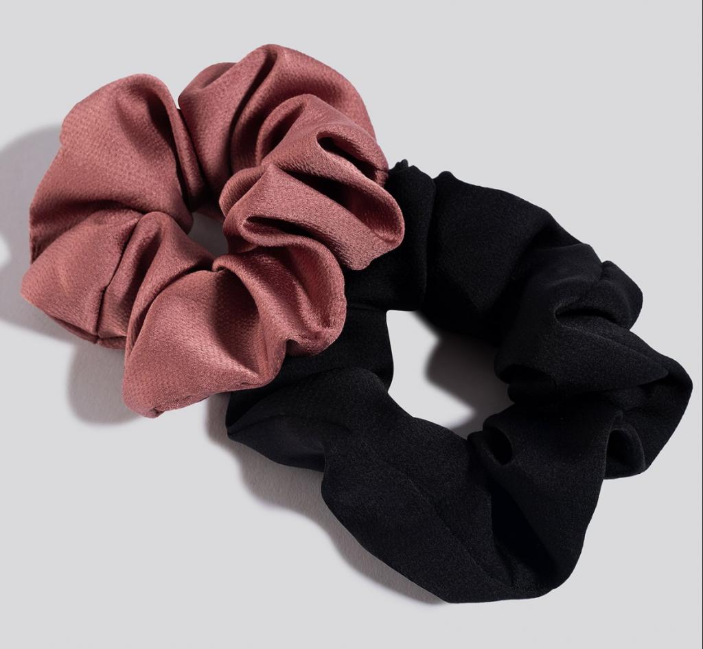 sort pink hårelastik scrunchies hårtilbehør (Foto: Na-kd)