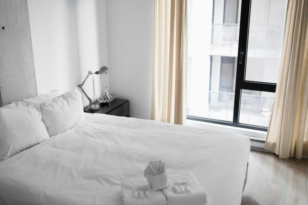 hotel værelse hotelværelse soveværelse seng (Foto: Unsplash)