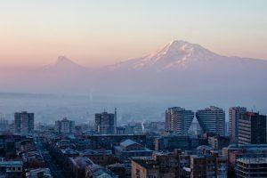 Armenien armeniere bjerge by storby Yerevan Jerevan (Foto: Unsplash)