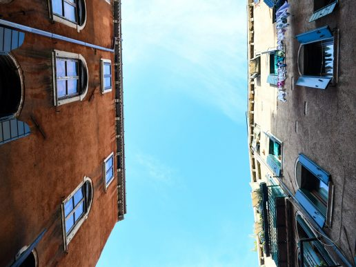 himmel kig op hustage look up (Foto: Unsplash)
