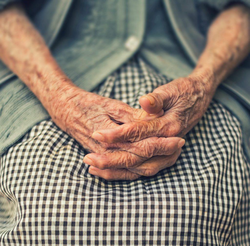 Gammel old bedstemor grandmother(Foto: Unsplash)