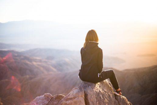 girl view udsigt pige bjergtop rejse travel (Foto: Unsplash.com)