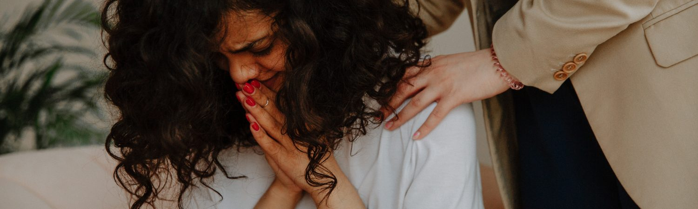vold kvinde græde ked af det slå slag blåmærker (Foto: Pexels)