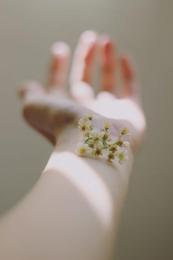 arm blomst hud arm hånd (Foto: Unsplash)
