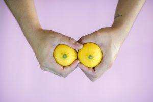 citroner bryst bryster hænder (Foto: Unsplash)