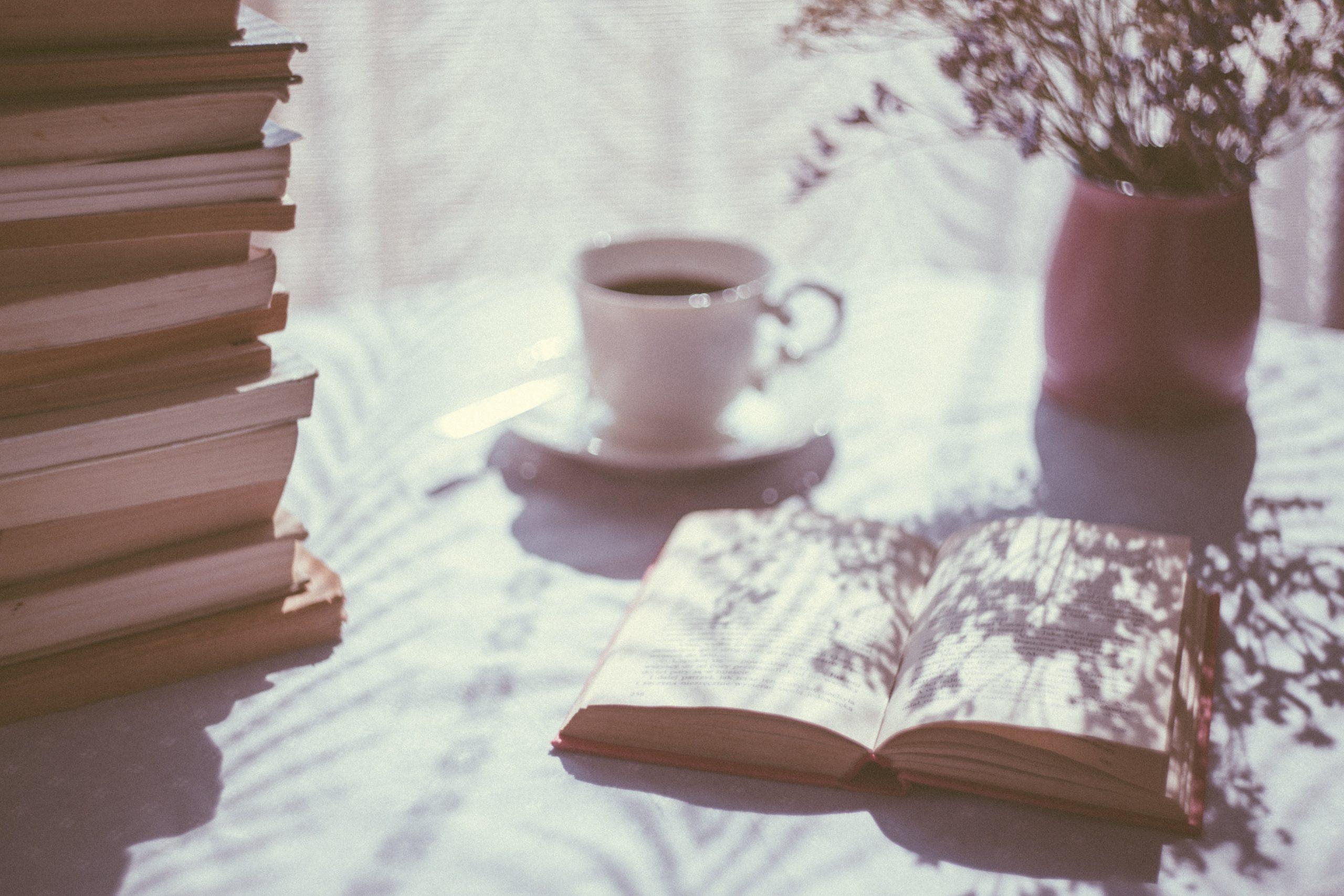 bøger, kaffe, læsning (Foto: Unplash)