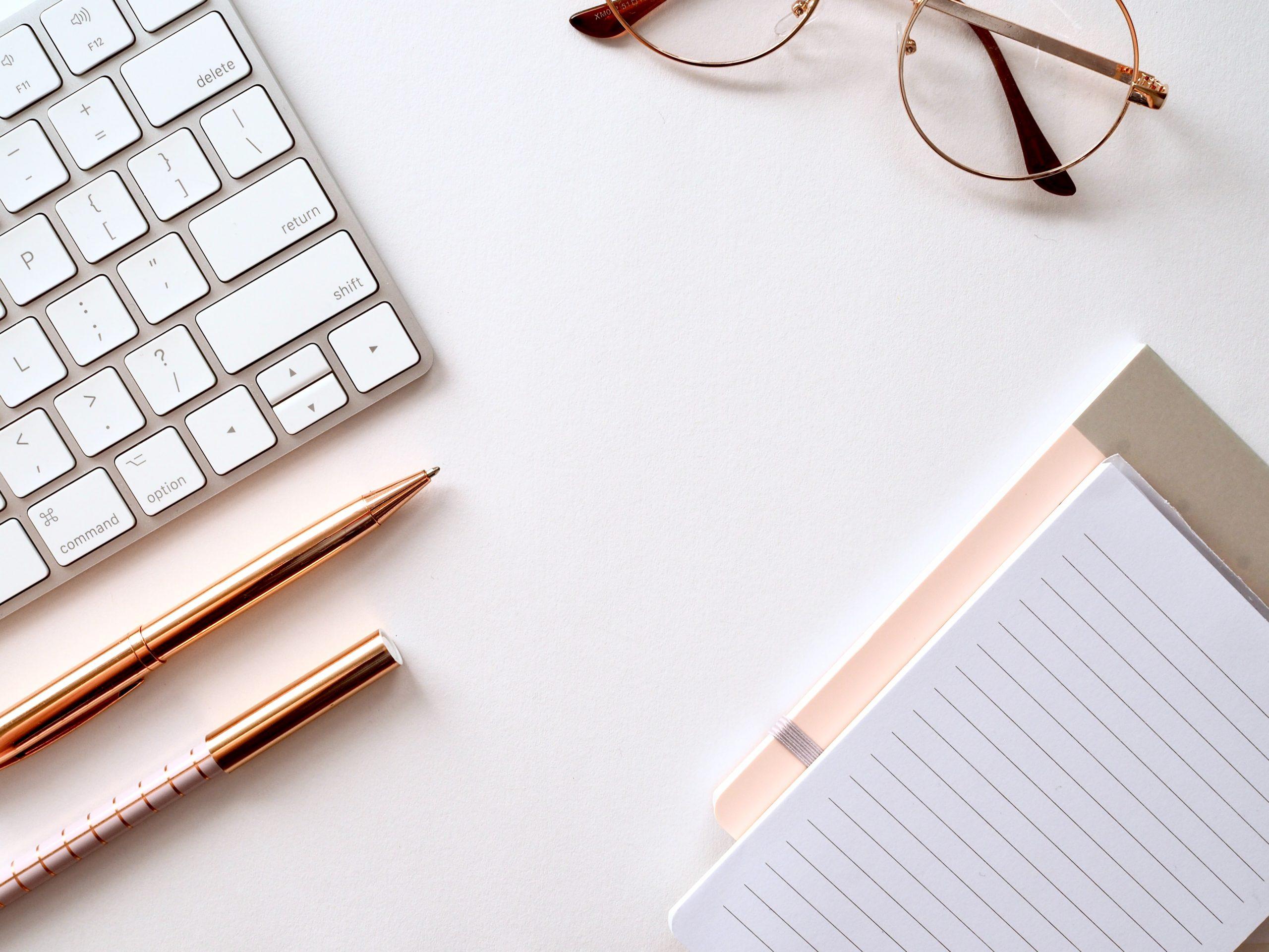 hjemmearbejde, computer, briller (Foto: Unsplash)