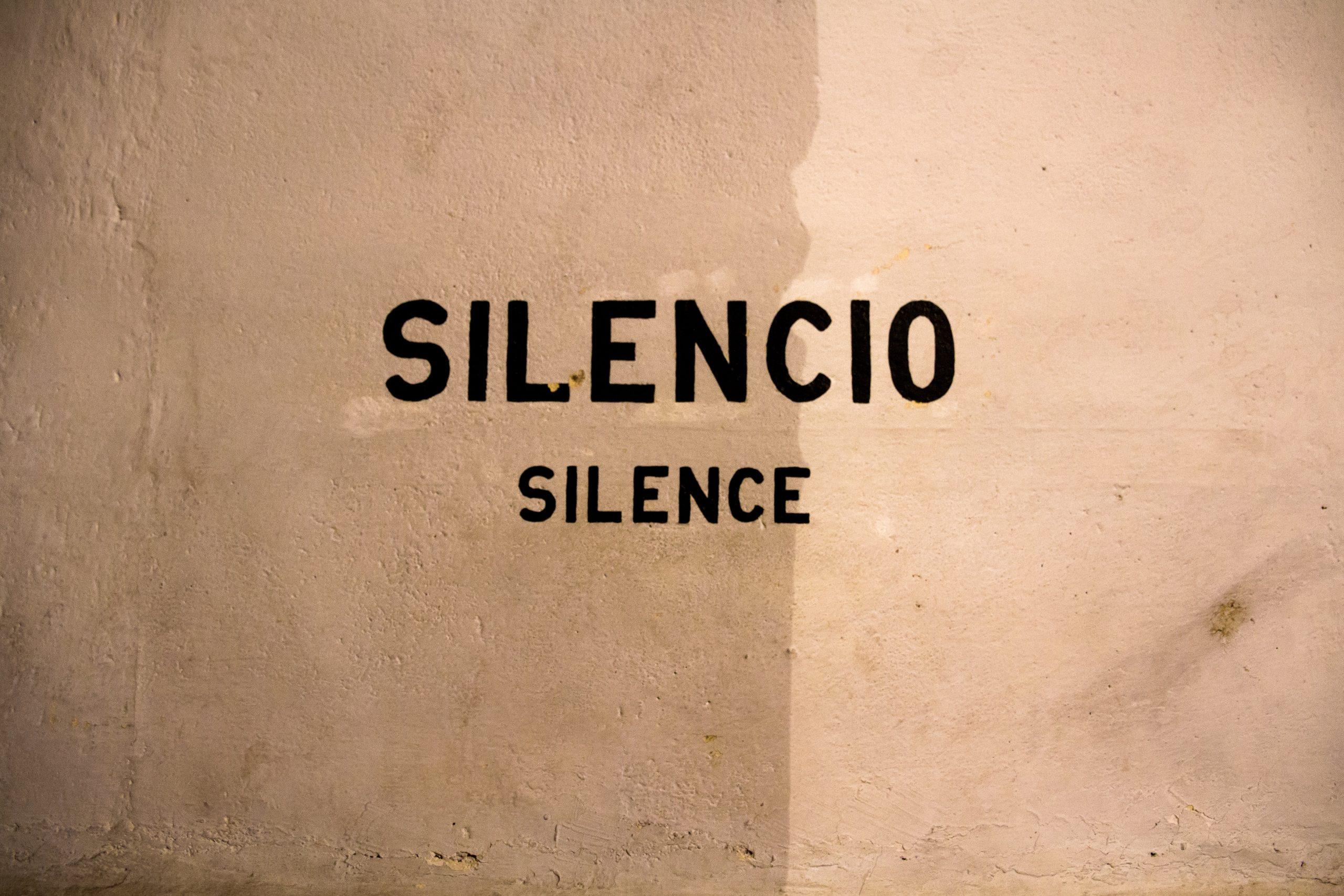 stilhed, skilt (Foto: Unsplash)