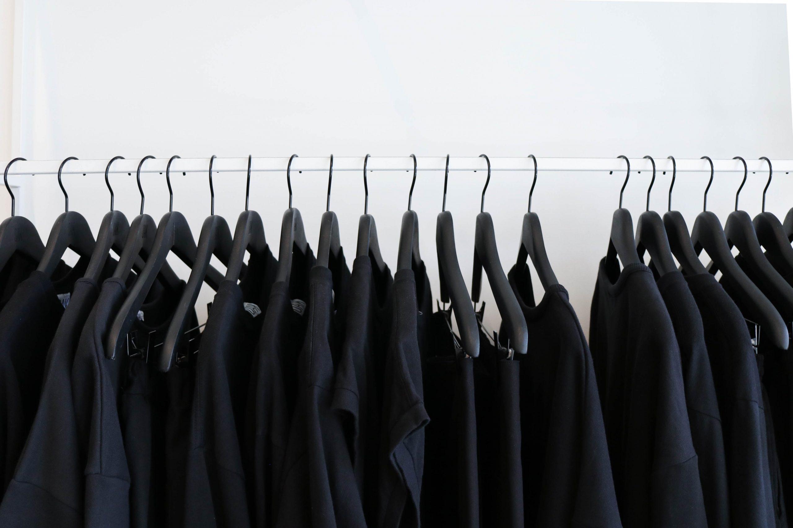 t-shirts, sorte bluser (Foto: Unsplash)