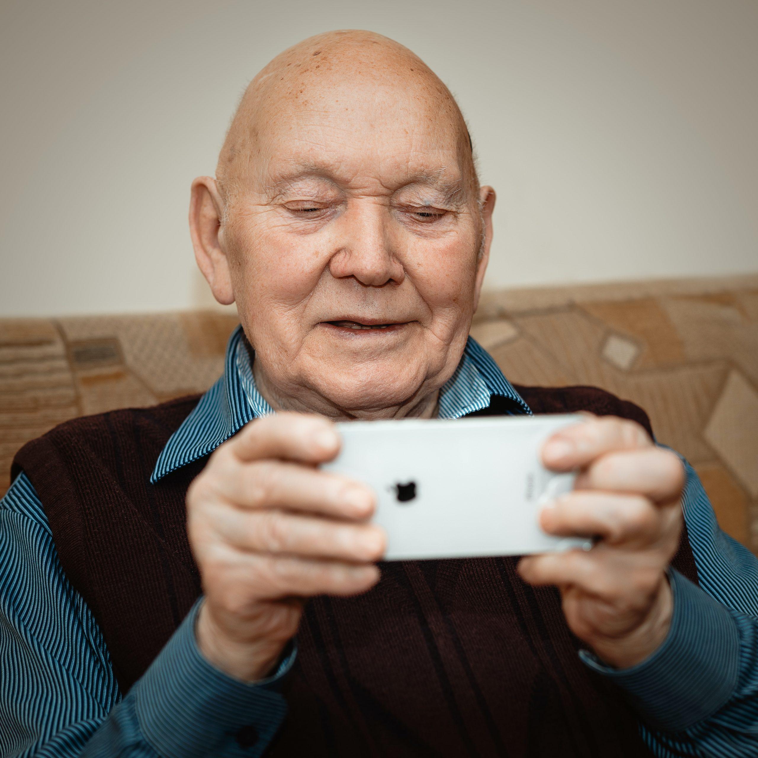 ældre. herre, mand, iphone Foto: Unsplash)