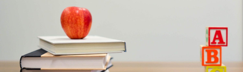 bøger, æble. lærer (Foto: Unsplash)