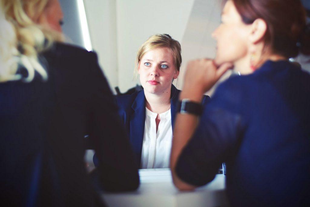 danske bank fyring nedskæring trist samtale kollega møde kvinder ked (Foto: Unsplash)