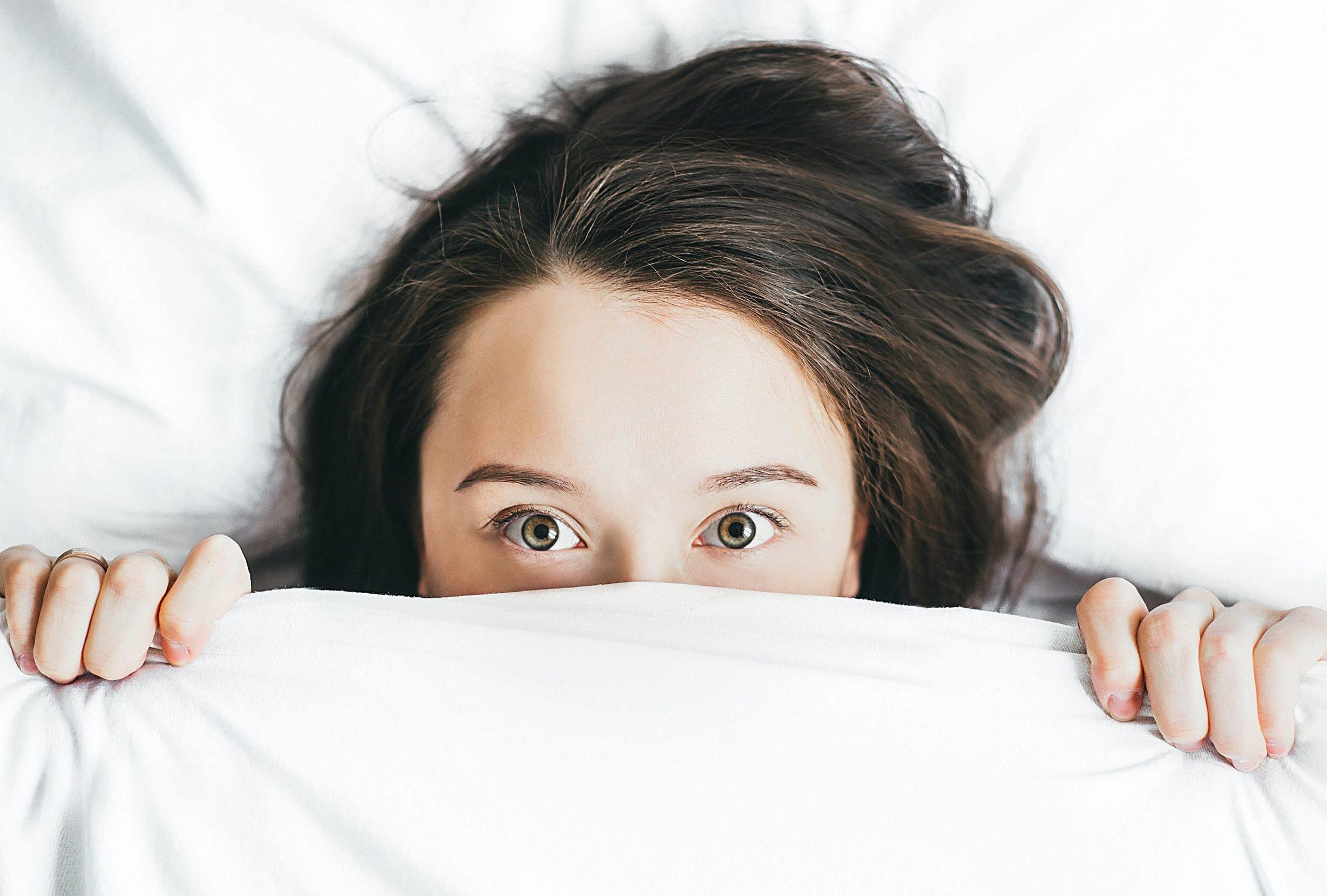 seng, pige, sengetøj (Foto: Unsplash)