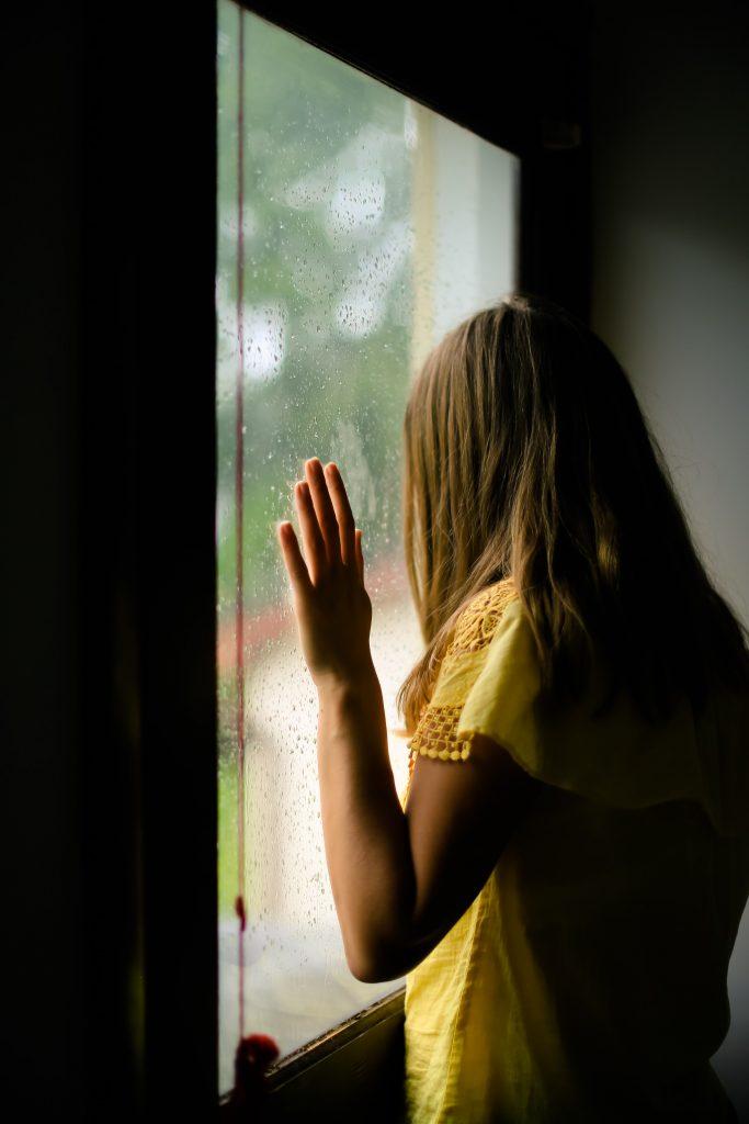 pige ked trist vindue (Foto: Unsplash)