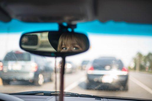 bakspejl bil pige køre (Foto: Unsplash)
