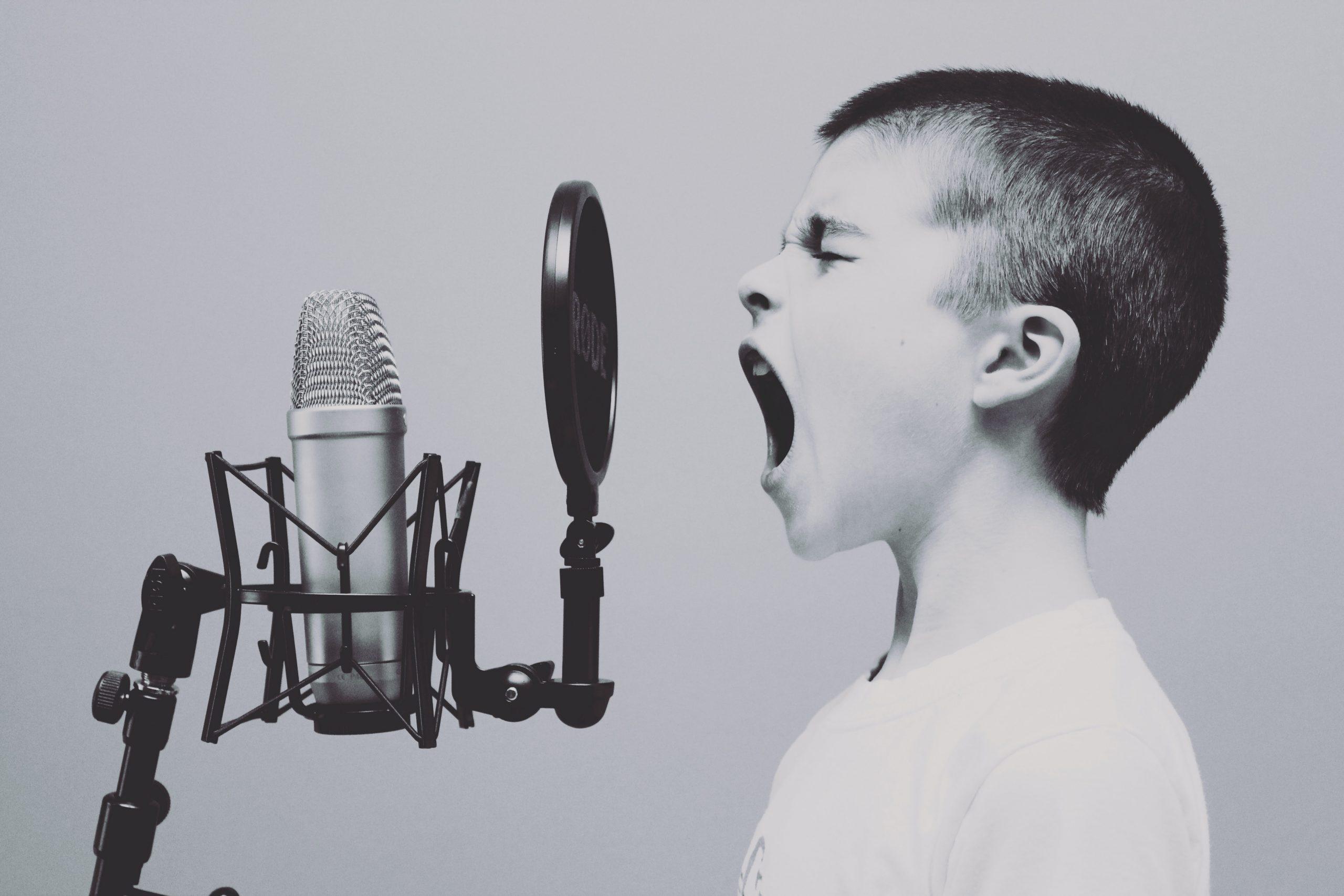 skrål, syng, dreng, højt (Foto: Unsplash)