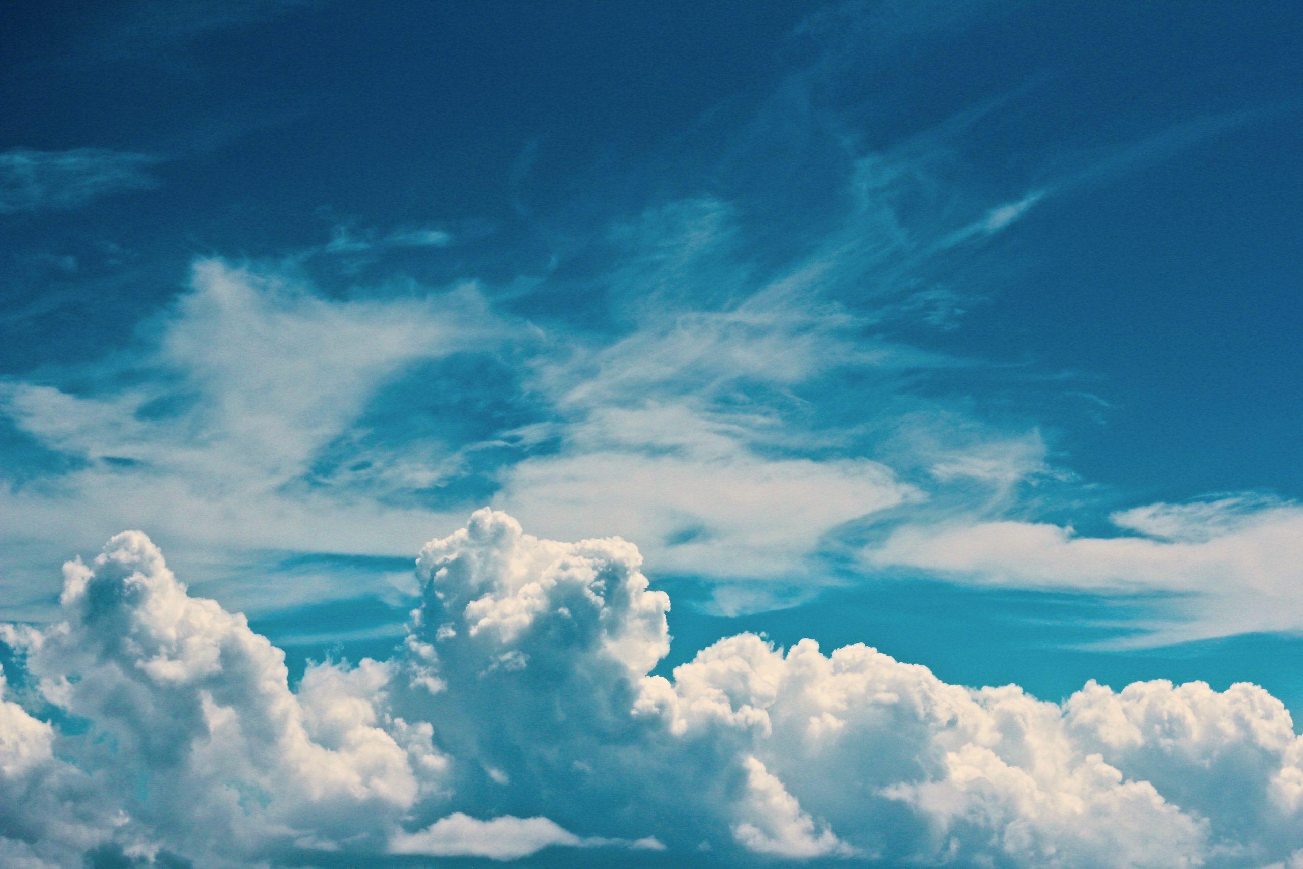blå himmel, sol skin (Foto: Unsplash)