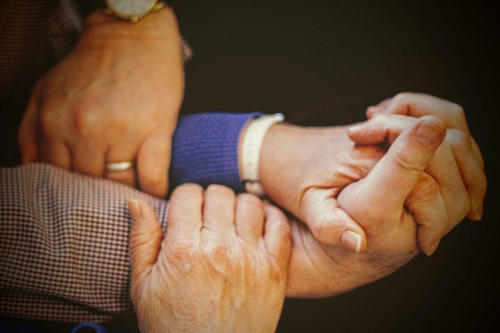 hånd hænder venskab samfundssind nærvær (Foto: Unsplash)