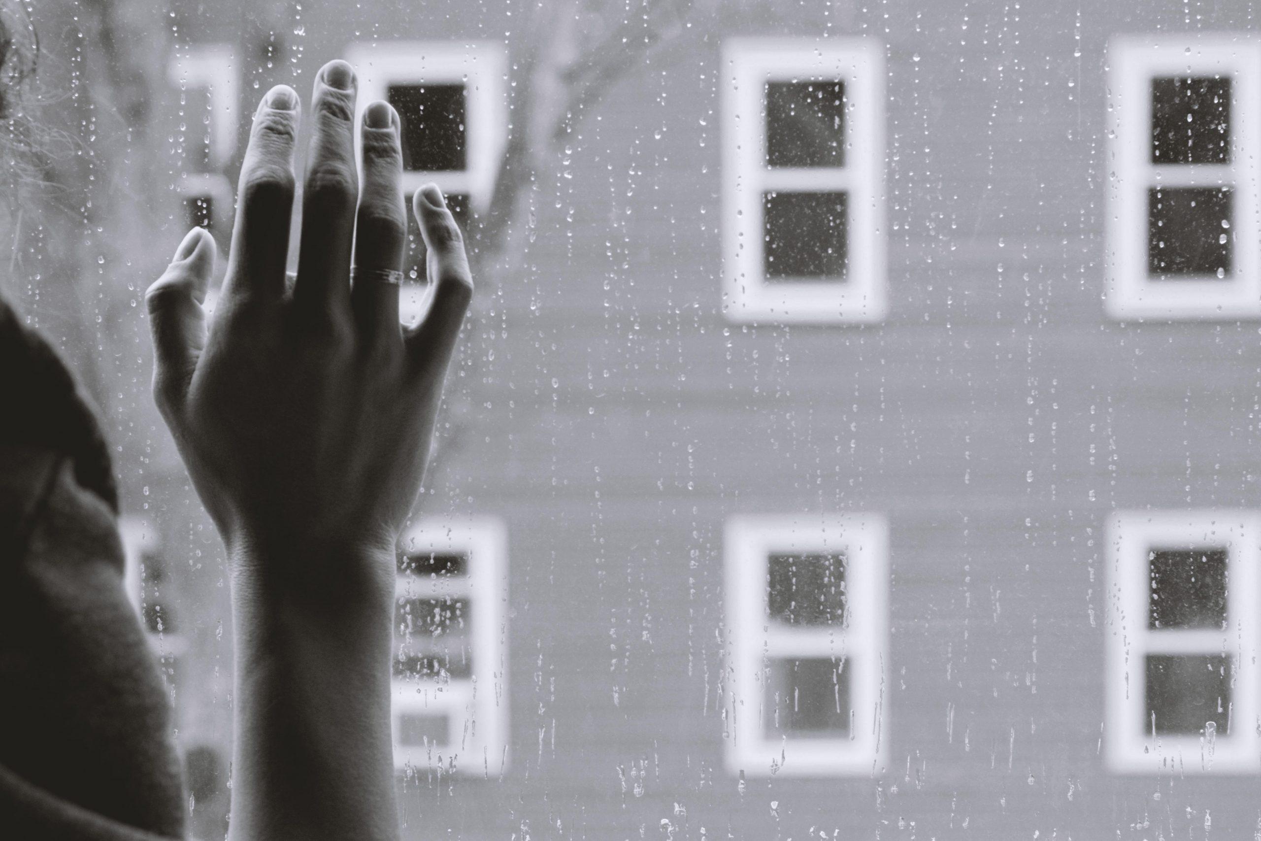 vindue, hånd, ud Foto: Unsplash)