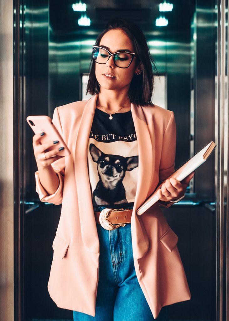 pige mobil computer arbejde job briller (Foto: Unsplash)
