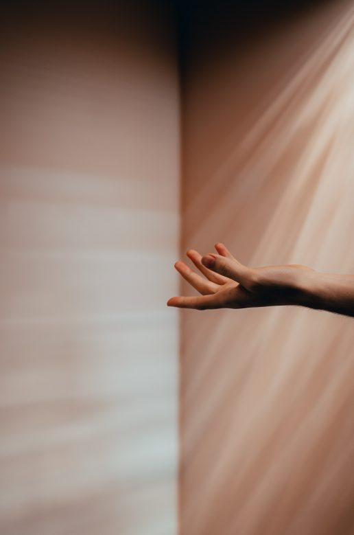 hånd række ud næstekærlighed samfundssind (Foto: Unsplash)