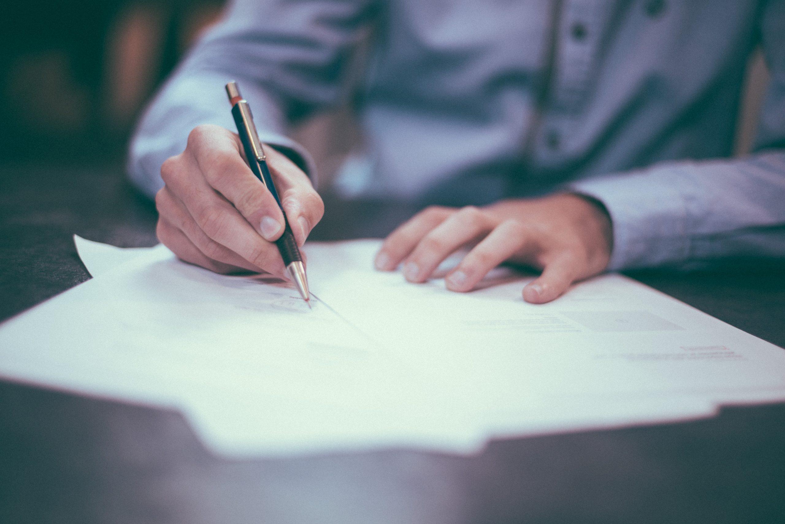 aftale, skrive under (Foto: Unsplash)