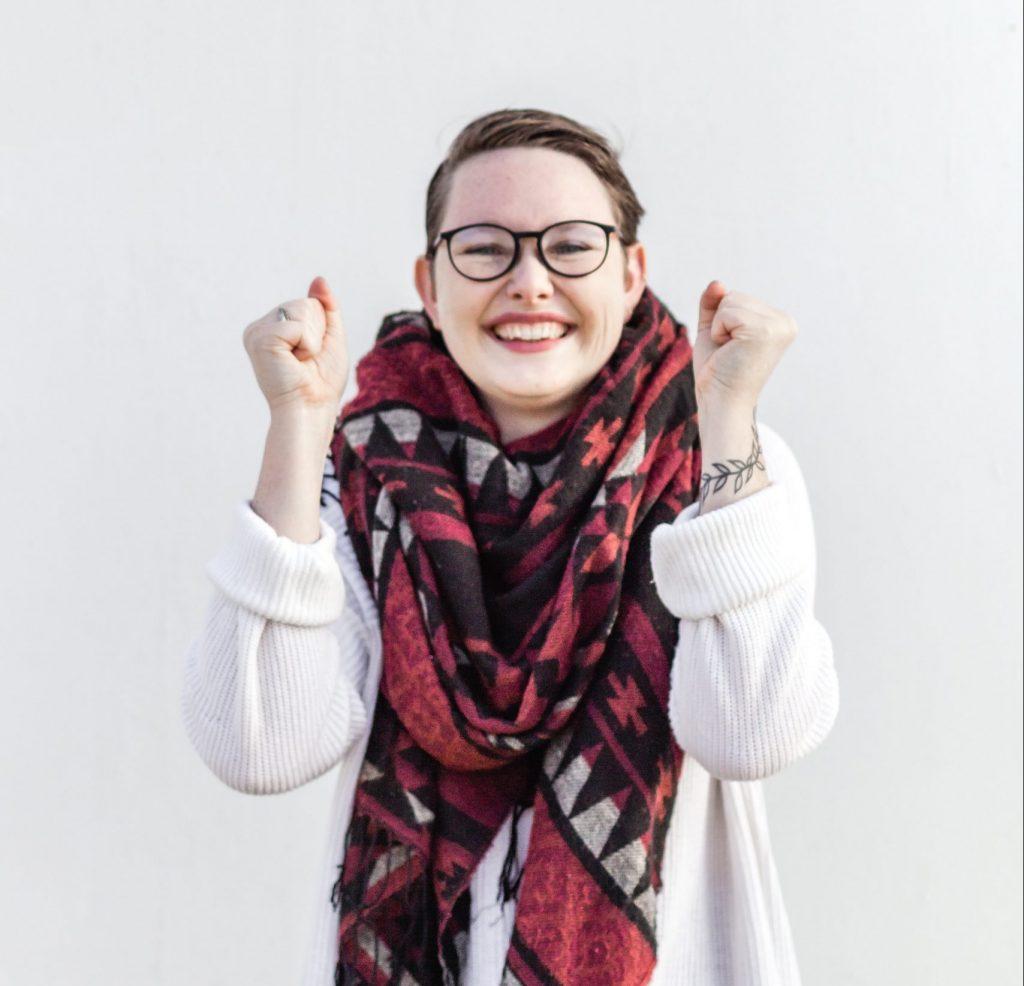 kvinde glad pige briller (Foto: Unsplash)