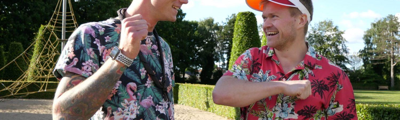 Rasmus Damgaard (t.h.) og Jens Levring (t.v.) håber på at få samlet penge ind under deres 100 kilometer lange gåtur mod ensomhed.. (Foto: Blå Kors)