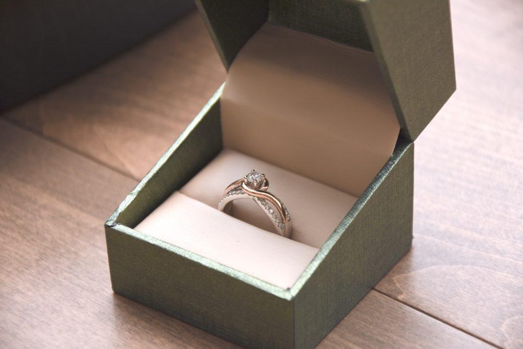 smykke ring (Foto: Unsplash)