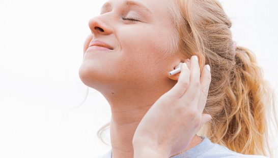 pige earplogs lytter øjne ansigt (Foto: Unsplash)