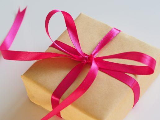 gave pakke indpakning (Foto: Unsplash)