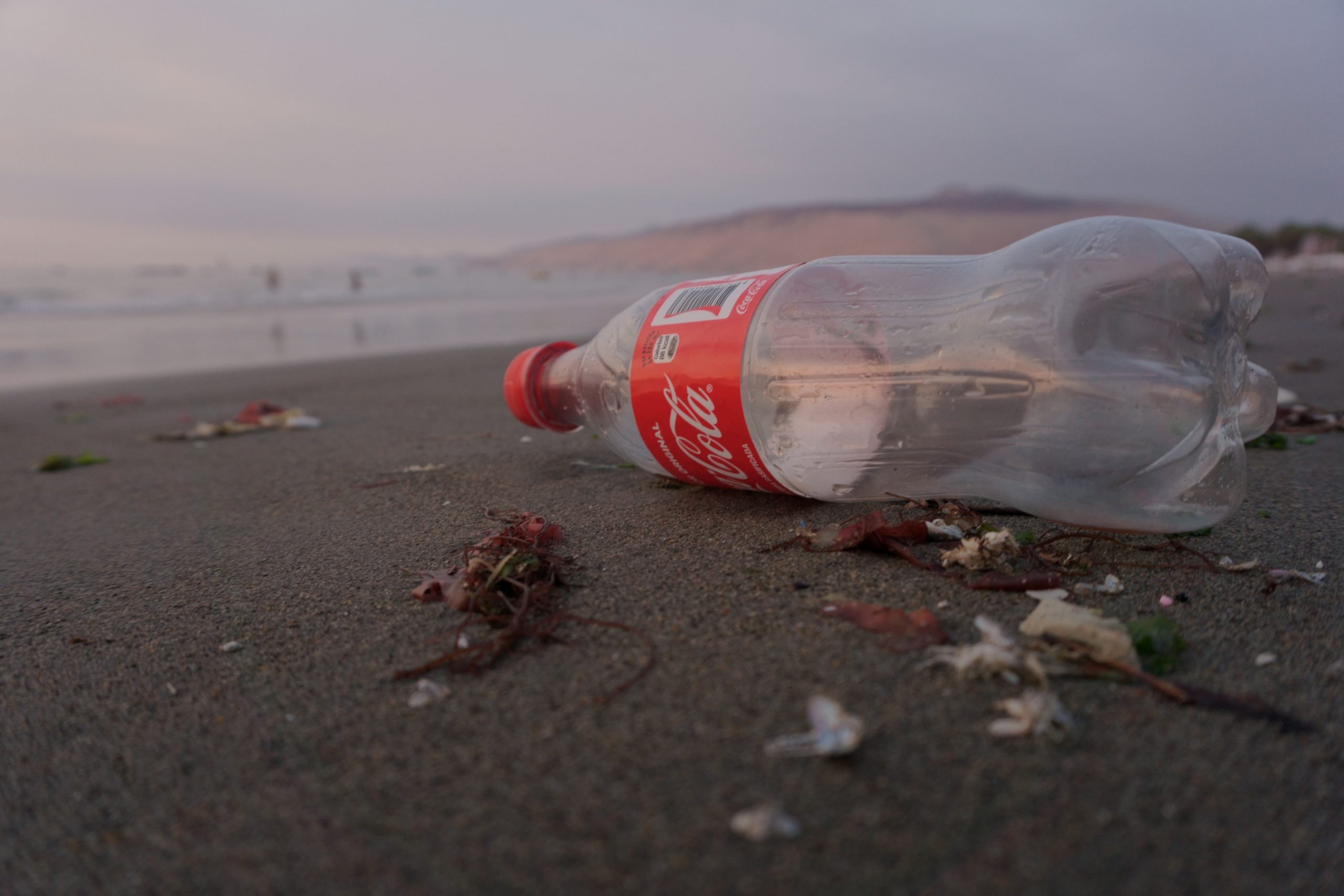 coca cola, flaske, skrald, (Foto: Unsplash)