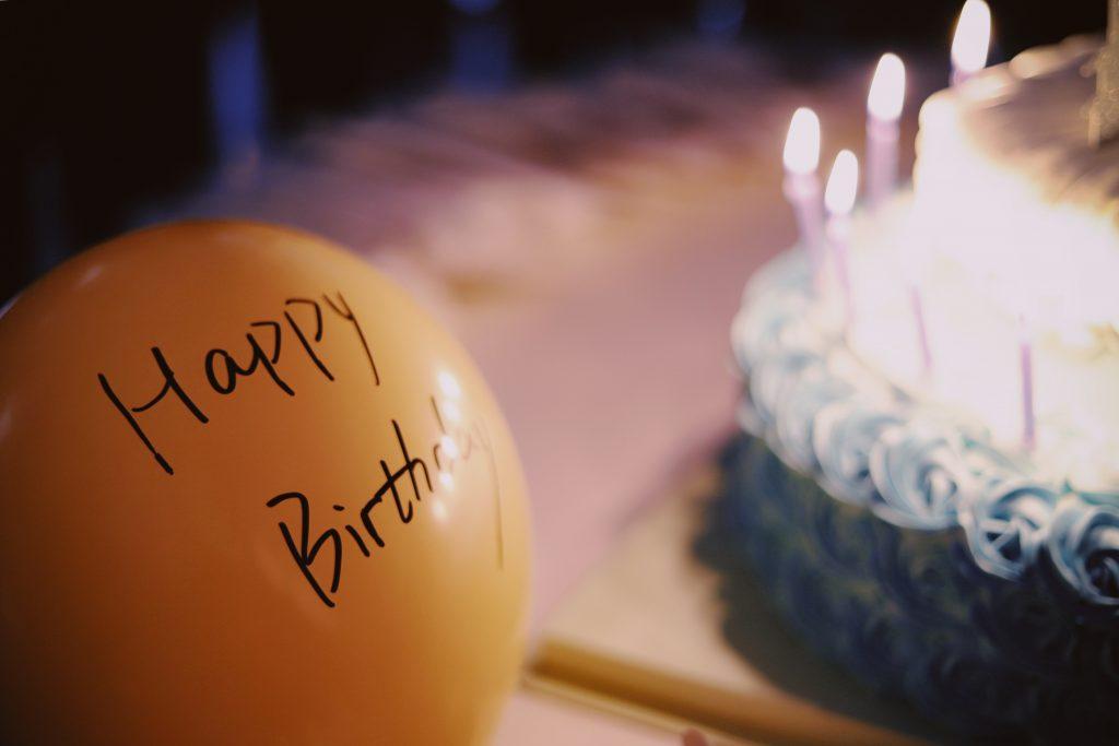ballon fødselsdag kage (Foto: Unsplash)