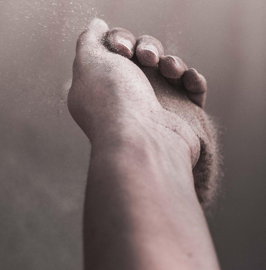 hånd sand tid (Foto: Unsplash)