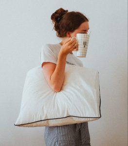 hovedpude kaffekop pige (Foto: Unsplash)