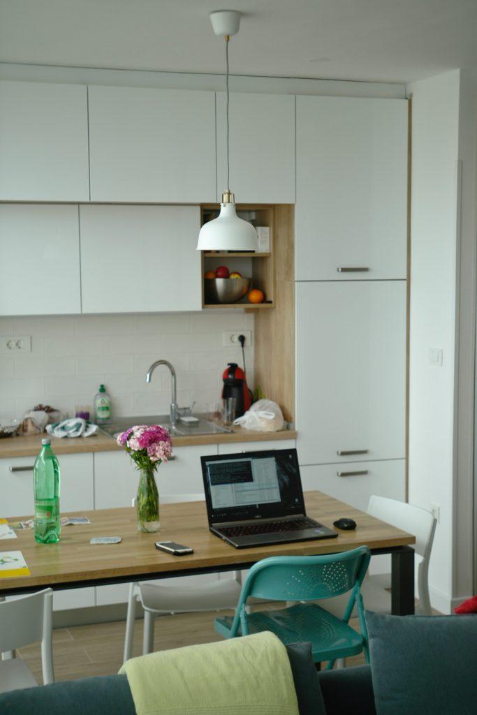 køkken lejlighed computer spisebord Foto: Unsplash)