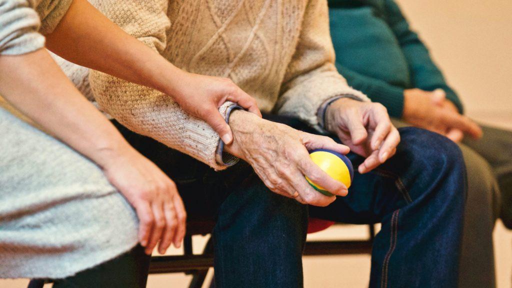 ældre ældrepleje plejehjem gammel mand hjælpe ældre syg (Foto: Pexels)
