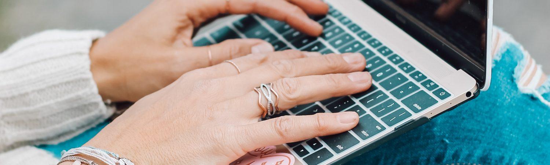 computer skole pige hænder (Foto: Unsplash)